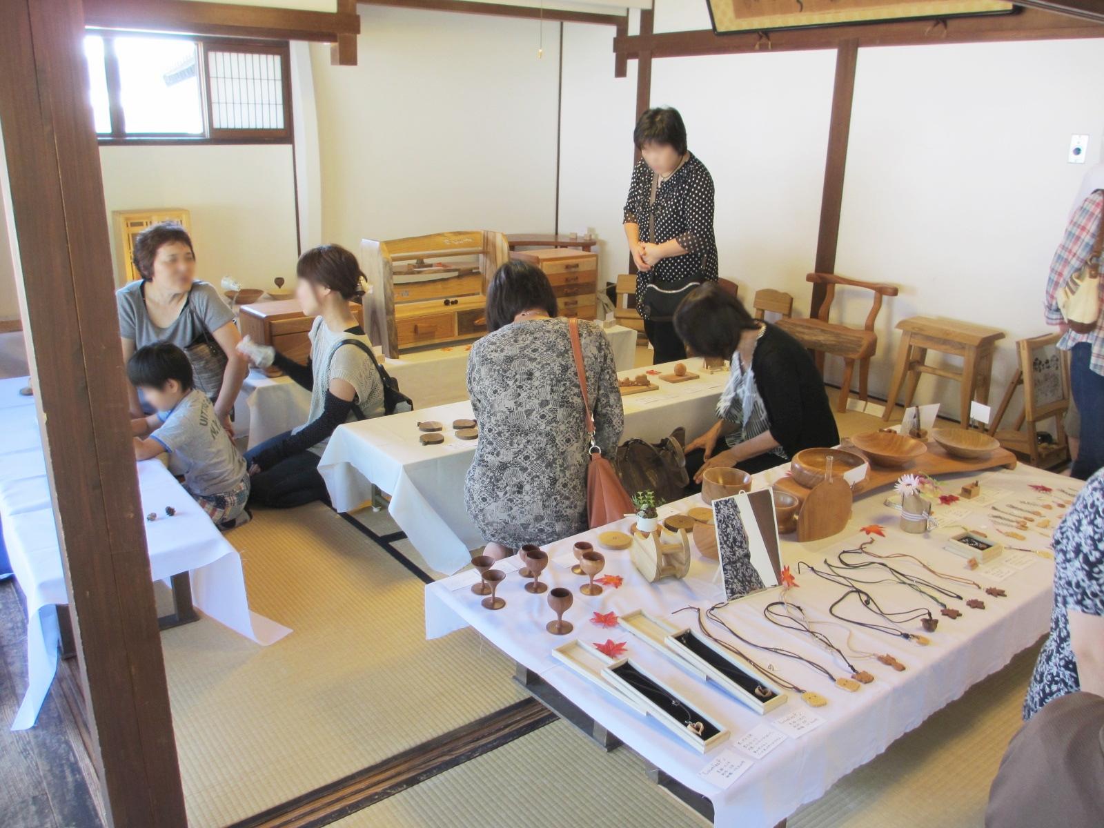 木彫りと家具のコラボ展