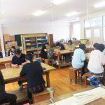 宇部市立楠中学校で木彫り体験教室。